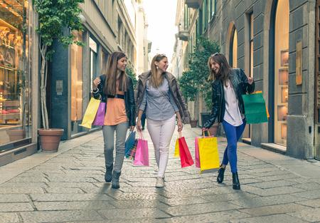 comprando: loco de compras. grupo de chicas que hacen compras en el centro de Mil�n Foto de archivo