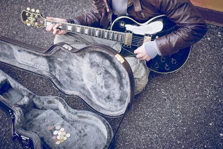 limosna: artista calle tocando la guitarra Foto de archivo