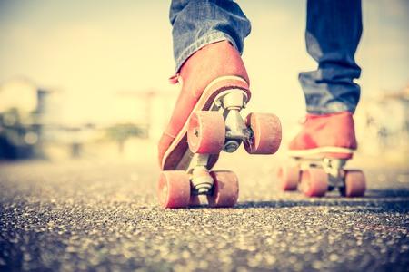 80s adult: Hombre fresco con el zapato de patinaje sobre ruedas que usa su tel�fono m�vil - Conceptos de youthness, deporte, estilo de vida y estilo a�os 80 de la vendimia