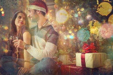 brindisi champagne: Natale. Coppia di amanti tostatura bicchieri di champagne e festeggiano il Natale e Capodanno holiday.View da fuori della finestra, la pioggia sul vetro.