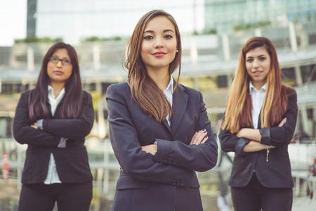 les jeunes femmes dans le portrait de carrière