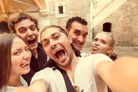 Groep vrienden nemen van een Selfie - Toeristen nemen van een foto op een dagtrip