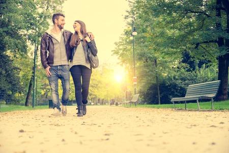caminando: Pareja caminando de la mano en un parque - Cita rom�ntica al aire libre Foto de archivo