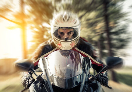 motor race: biker accelarating met zijn motor