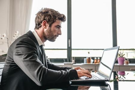 컴퓨터 책상에서 작동하는 비즈니스 남자 - 무릎 위에 바쁜 회사원 컴퓨팅