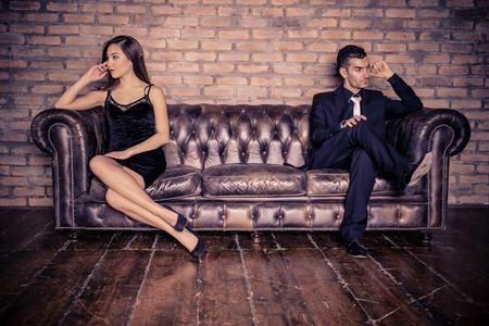 Echtpaar met relatie problemen - Twee stijlvolle minnaars die paar problemen Stockfoto