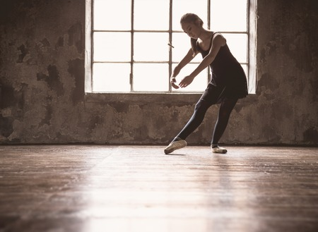 bailarina de ballet: Joven bailarina de ballet - mujer bonita armoniosa con tutú posando en el estudio - Contemporáneo ejecutante de danza