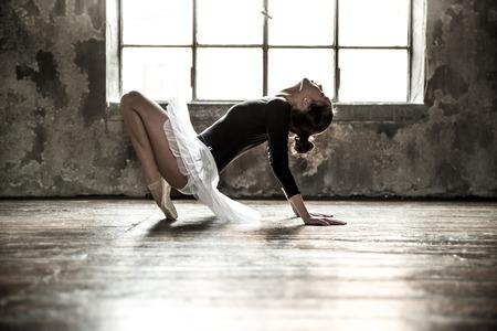 Jonge balletdanser - Harmonieuze mooie vrouw met tutu poseren in de studio - Contemporany dans performer
