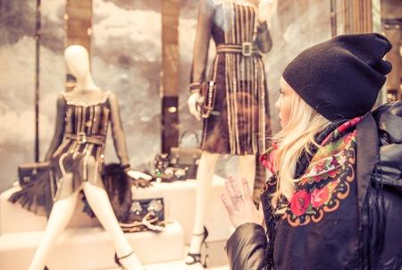 felicidade: Mulher bonita olhando vitrine - Venda na loja de roupas