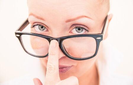 secretaria sexy: Modelo de manera bonito que mira la c�mara con sus gafas con clase - Retrato de la secretaria sexy llevaba gafas de lectura