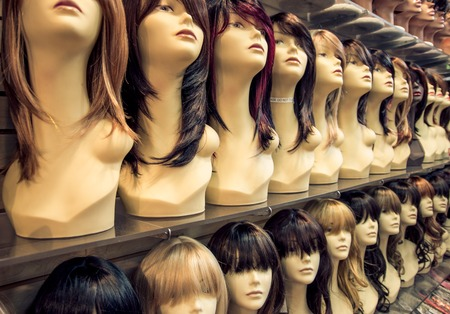 Wig shop - Row of mannequins in a peruke shop - Concepts about hairstyle,fashio and beauty Archivio Fotografico