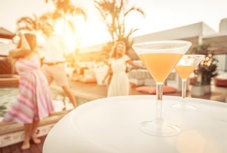 Cocktail-Party in einem Pool-Lounge Standard-Bild - 37974295