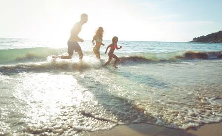 vacaciones en la playa: familia feliz de vacaciones