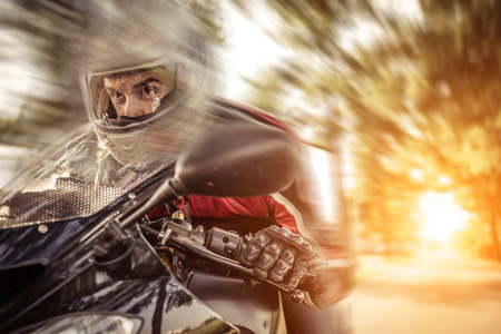 casco moto: motorista monta r�pidamente Foto de archivo