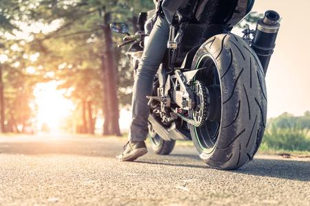 motor race: Motocycle ruiter klaar om te racen