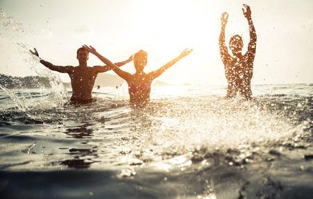 přátelé: přátelé hrají ve vodě