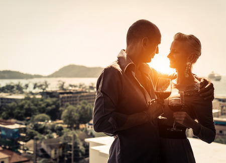 femme romantique: Couple romantique ayant un verre ensemble Banque d'images