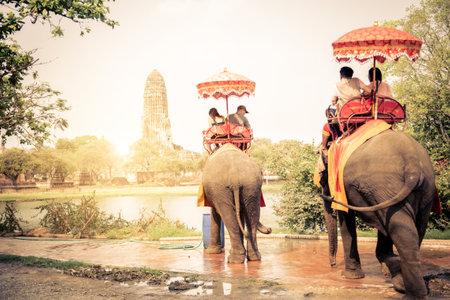 タイ、アユタヤで象に乗っての観光客