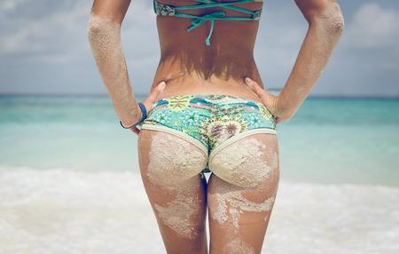 mujeres eroticas: nalgas mujer joven en la playa Foto de archivo