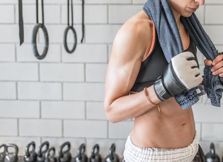sudoracion: Mujer después del entrenamiento
