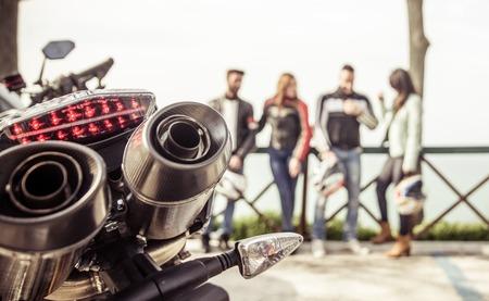 jinete: ciclistas, grupo de amigos que pasan el tiempo en las colinas después de paseo en moto. Foto de archivo