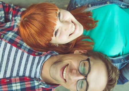position d amour: couple parfait. jeune couple beau portrait de dessus. notion à propos de l'expression, le bonheur, l'amour, les couples et les personnes