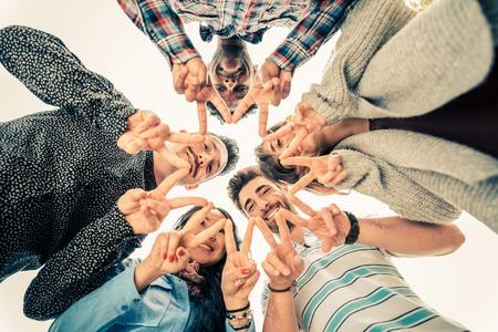 signo de paz: Grupo multirracial de la gente en círculo haciendo una forma de estrellas con gesto de manos - Amigos mirando hacia abajo con la posición del dedo v-formas - Conceptos sobre la amistad, el estilo de vida, la unidad, negocios y trabajo en equipo