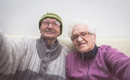 oude paar selfie. grootmoeder en grootvader nemen van een selfie met camera