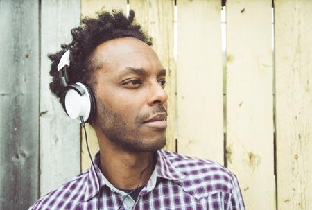 racismo: hombre africano joven escucha música. Concepto sobre la gente, la diversidad, el racismo, la juventud, la cultura y la gente Foto de archivo