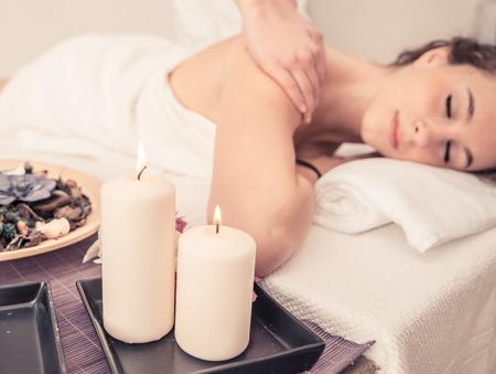 masaje: mujer haciendo masaje en un salón de belleza. concepto sobre el spa, la relajación, el cuidado del cuerpo y la gente