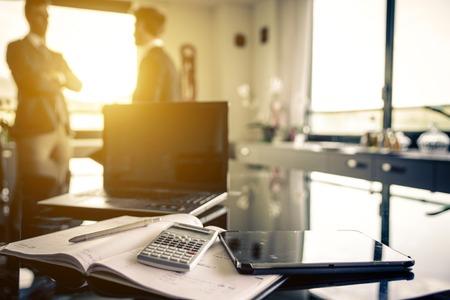 personas trabajando en oficina: dos empleador en la oficina hablando de planes de negocio