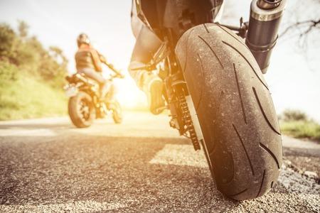 motor race: twee motorfietsen op de heuvels rijden. vrienden plezier in het weekend met een excusion op hun motorfietsen