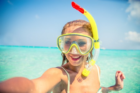 열 대 해변에있는 selfie을 복용 스노클링 마스크와 젊은 아름 다운 여자 - 여름 휴가 동안 웃는 매력적인 여자