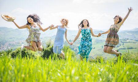 mujer alegre: niña saltando juntos en la naturaleza. concepto sobre la ligereza y sin preocupaciones