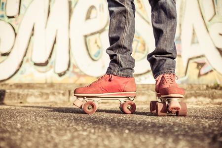 estilo urbano: skater parte baja retrato. concepto sobre el estilo inconformista, deporte, estilo de vida urbano y la gente