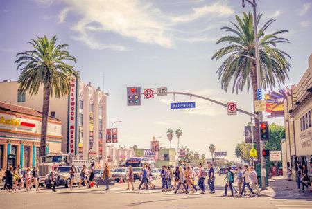 semaforo peatonal: HOLLYWOOD, CA - 11 de octubre 2015: Paseo de la Fama en la puesta del sol en Hollywood Boulevard. En 1958, el Paseo de la Fama fue creado como un homenaje a los artistas que trabajan en la industria del entretenimiento.