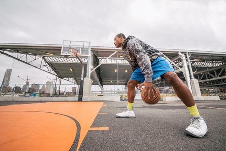 Afroamerican 선수가 농구 야외 - 농구 법원에서 낚시를 좋아하는 남자 훈련