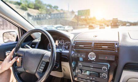 Hombre que conduce el coche en la autopista sin peaje en Los Ángeles, California