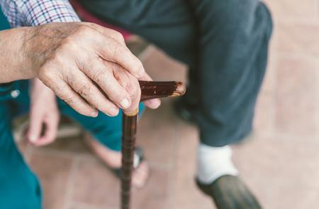 年配のカップルをクローズ アップ。杖に手かざししてお互い