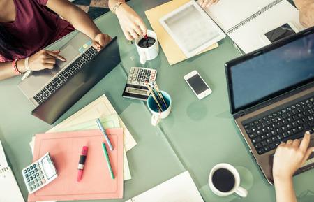 démarrage table dans un bureau. équipe à la planification du travail et la préparation d'un nouveau produit Banque d'images