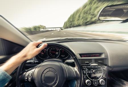 Man besturen van de auto op de snelweg in Los Angeles, Californië. Het concept over het verkeer jam, vervoer en reizen