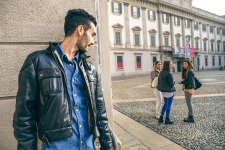 novio: Acecho - Ex novio espiar a su ex novia - conceptos acecho, infidelidad y jelousy Foto de archivo