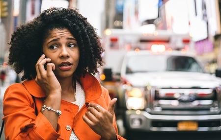 emergencia: Mujer afroamericana llamar al 911 en Nueva York. Concepto sobre accidentes de tr�fico y de emergencia Foto de archivo