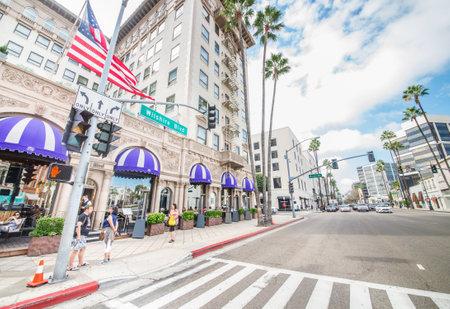LOS ANGELES - 15 oktober 2015: zicht op Wilshire Blvd, naast Rodeo Drive in Beverly Hills. Het gebied is de thuisbasis van de meest high-class winkels van de regio.