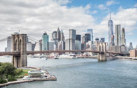 Tekintettel a Brooklyn-híd és Manhattan látképe - New York belvárosában, fényképezett a Manhattan Bridge