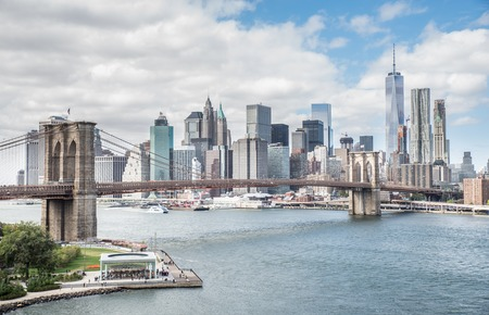 View of Brooklyn Bridge and Manhattan skyline - New York City downtown, photographed from Manhattan Bridge 免版税图像 - 52288533