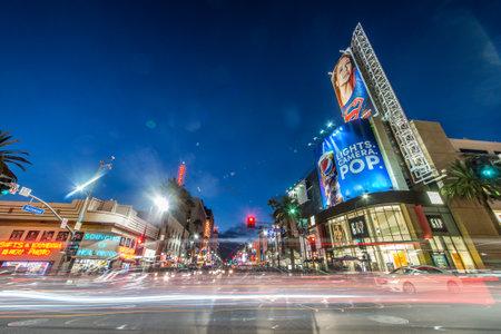LOS ANGELES - 15 de octubre 2015: Vista de Hollywood Boulevard por la noche. En 1958, el Paseo de la Fama fue creado en esta calle como un homenaje a los artistas que trabajan en la industria del entretenimiento.