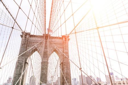 ニューヨークで有名なブルックリン橋の芸術を表示します。上部、背後にある建物スカイラインで撮影した画像。ニューヨーク旅行のコンセプト 写真素材
