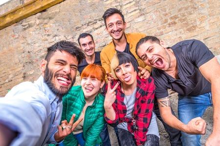 caras felices: Grupo de amigos que se divierten en un bar de copas y que toman un selfie - Jóvenes estudiantes de fiesta juntos y tomando fotos - Conceptos acerca de la diversión, los jóvenes, las tecnologías y la vida nocturna