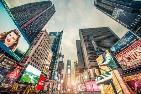 iluminado: NUEVA YORK -OCTUBRE 4, 2015: Times Square en la puesta del sol, New York.Times Square es un símbolo de la ciudad de Nueva York y los Estados Unidos